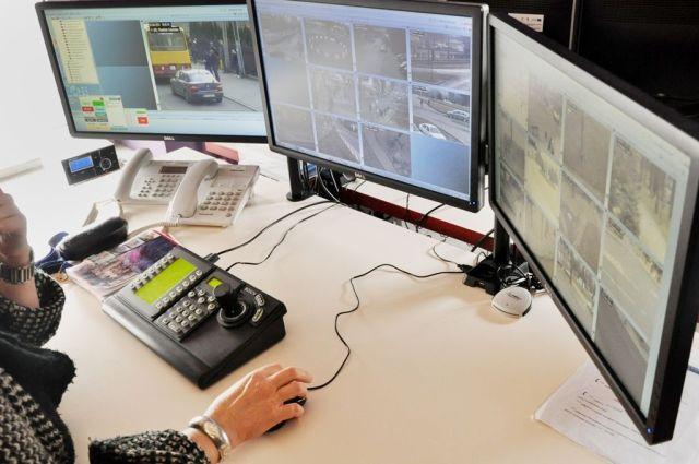 Operatorzy monitoringu miejskiego zauważyli mężczyznę z damską torebką